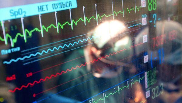 Monitor pokazujący parametry życia pacjenta podczas operacji - Sputnik Polska