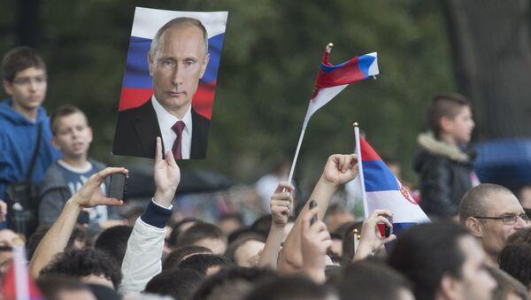 Mieszkańcy Belgradu z portretami prezydenta Rosji Władimira Putina - Sputnik Polska