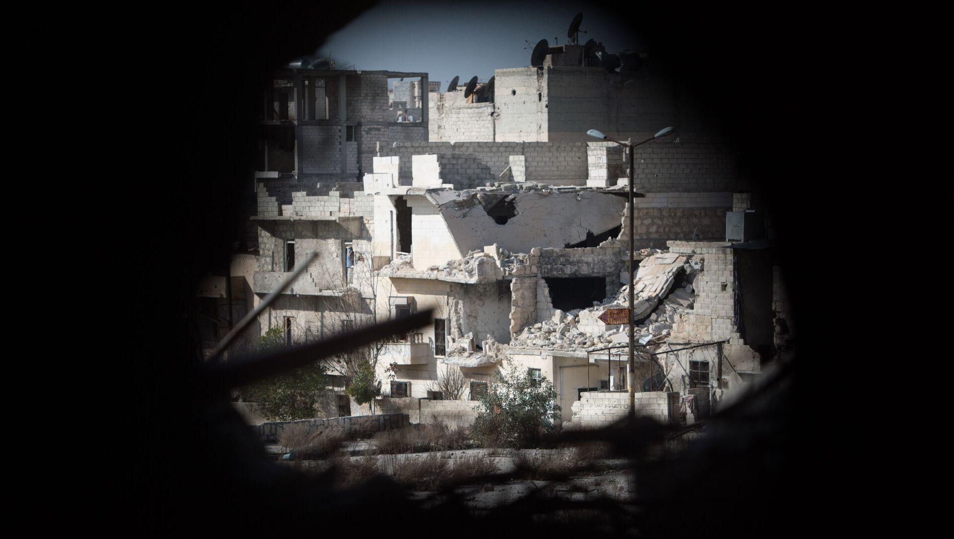 Widok na dzielnicę mieszkalną w Aleppo, przez którą przebiega linia frontu - Sputnik Polska, 1920, 15.03.2021