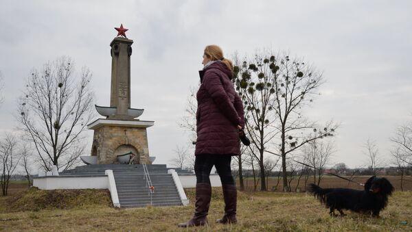 Stela w Mikolinie upamiętniająca żołnierzy Armii Czerwonej: żołnierzy Pierwszego Frontu Ukraińskiego, którzy zginęli w dniach 23-30 stycznia 1945 podczas przekraczania Odry. Stela została odnowiona w latach 2015-2017 przez wolontariuszy z inicjatywy organizacji Kursk. - Sputnik Polska