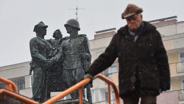 Pomnik radziecko-polskiego braterstwa broni w centrum Legnicy. - Sputnik Polska