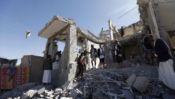 Skutki nalotu koalicji na stolicę Jemenu Sanę - Sputnik Polska