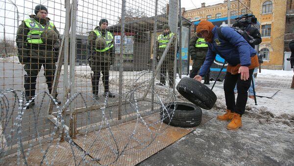 Funkcjonariusze MSW Ukrainy blokują dostęp do rosyjskiej ambasady w Kijowie w dniu wyborów prezydenta Rosji - Sputnik Polska