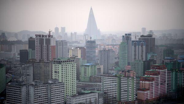 Widok na domy mieszkalne Pjongjangu podczas deszczu - Sputnik Polska