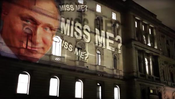 Projekcja z uśmiechniętym prezydentem Rosji na fasadzie budynki MSZ Wielkiej Brytanii w Londynie - Sputnik Polska