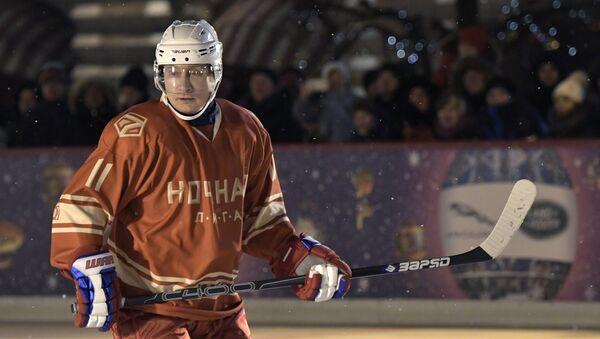 Prezydent Rosji Władimir Putin podczas meczu nocnej ligi hokejowej na lodowisku GUM - Sputnik Polska