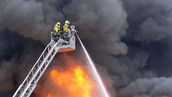 Czescy strażacy gaszą pożar. Zdjęcie archiwalne - Sputnik Polska