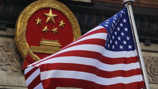 Flaga USA na tle chińskiego godła w Pekinie. Zdjęcie archiwalne - Sputnik Polska
