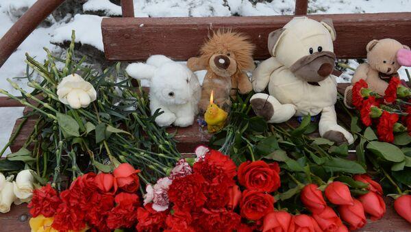 Kwiaty i znicze obok budynku centrum handlowego w Kemerowo - Sputnik Polska
