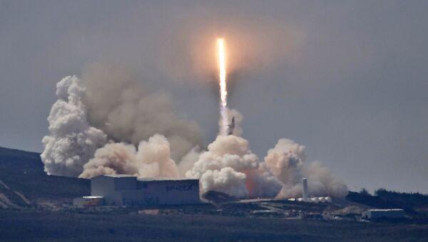 Start rakiety Falcon 9 z satelitą Formosat-5 na pokładzie z bazy Vandenberg w Kalifornii - Sputnik Polska