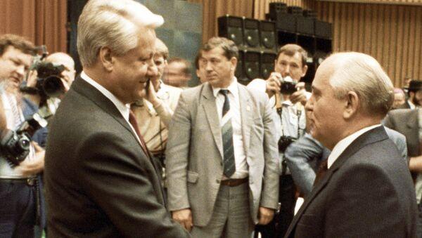 Prezydent ZSRR Michaił Gorbaczow składa życzenia Borysowi Jelcynowi z okazji objęcia stanowiska prezydenta RFSRR - Sputnik Polska