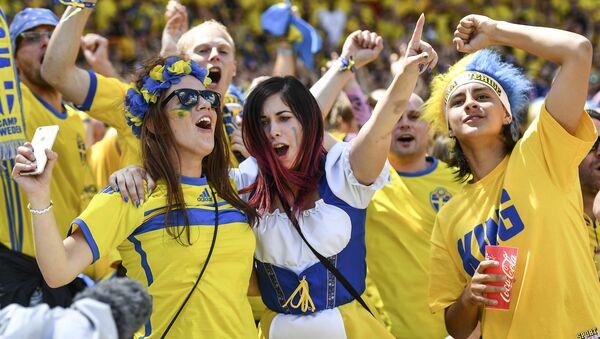 Szwedzcy fani na meczu piłki nożnej - Sputnik Polska