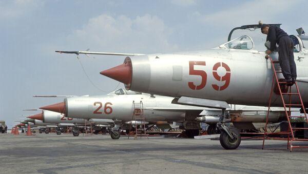 Myśliwiec MiG-21 na lotnisku - Sputnik Polska