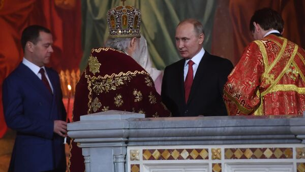 Władimir Putin i Dmitrij Miedwiediew na nabożeństwie wielkanocnym w Soborze Chrystusa Zbawiciela w Moskwie - Sputnik Polska