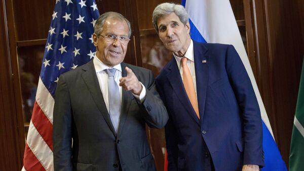 Minister spraw zagranicznych Rosji Siergiej Ławrow i sekretarz stanu USA John Kerry w trakcie spotkania w Kuala Lumpur - Sputnik Polska