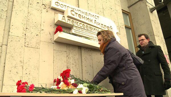 Tablica pamiątkowa ku pamięci fotoreportera Andrieja Stienina na bydunku agencji MIA Rossiya Segodnya - Sputnik Polska