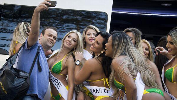 Mężczyzna robi selfie z uczestniczkami konkursu Miss Brazylia 2015 - Sputnik Polska