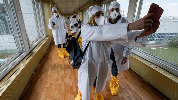 Dziennikarze robią selfie w Czarnobylu  - Sputnik Polska