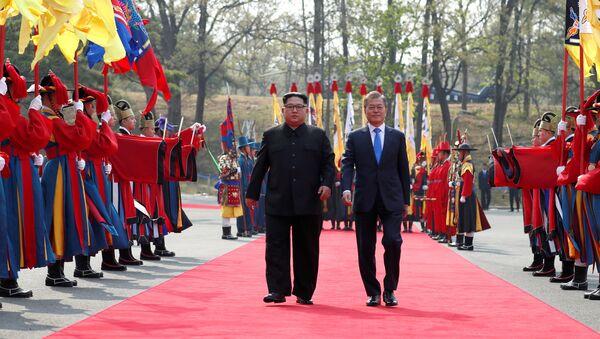 Prezydent Korei Południowej Moon Jae-in w towarzystwie przywódcy Korei Północnej Kim Dzong Una w punkcie negocjacyjnym Panmundżom w strefie zdemilitaryzowanej, Korea Południowa, 27 kwietnia 2018 r. - Sputnik Polska
