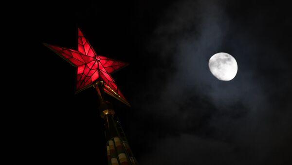 Gwiazda jednej z wieży Kremla na Placu Czerwonym - Sputnik Polska