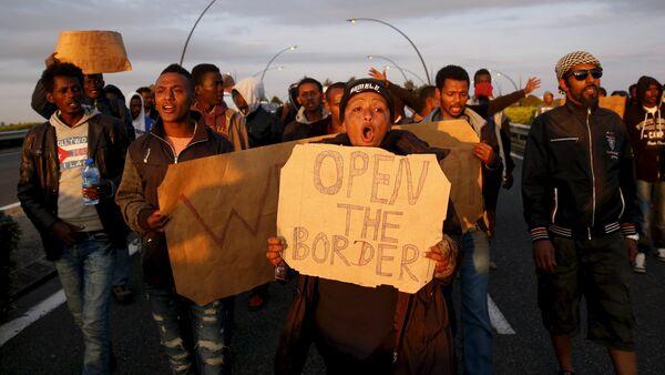Imigranci z Afryki protestują w Calais, Francja - Sputnik Polska