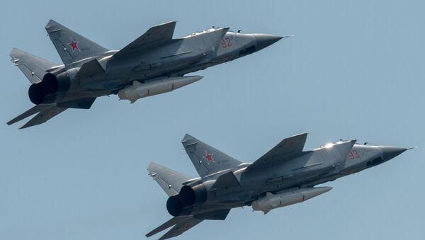 """Niszczyciele MiG-31K z najnowszymi systemami rakietowymi """"Kinżał"""" podczas próby przed Paradą Zwycięstwa w Moskwie - Sputnik Polska"""