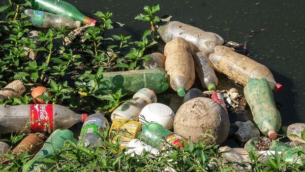 Śmieci w wodzie. Zdjęcie archiwalne - Sputnik Polska