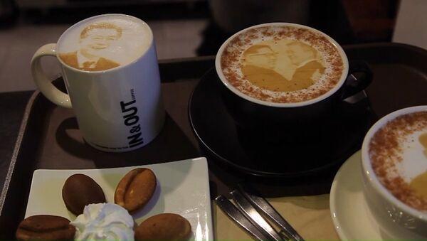 Kawa z wizerunkiem liderów dwóch Korei - Sputnik Polska
