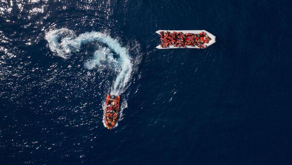 Uchodźcy i migranci uratowani przez hiszpańską organizację pozarządową ProActiva Open Arms w wodach niedaleko północnej Libii - Sputnik Polska