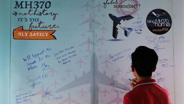 Mężczyzna pisze wyrazy współczucia podczas Dnia Pamięci o MH370, Malezja - Sputnik Polska