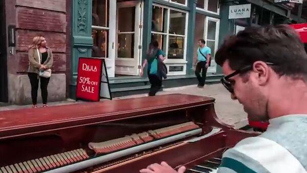 Chłopak, który podróżuje razem z pianinem - Sputnik Polska