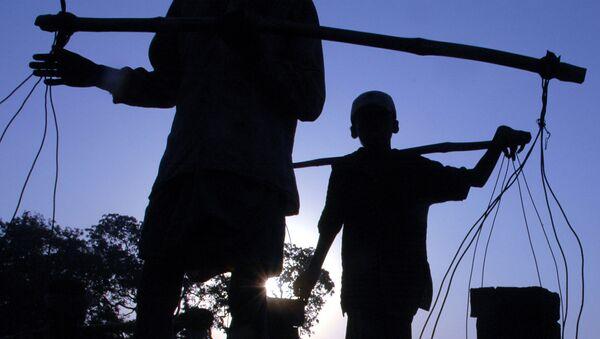 Chłopiec podczas pracy w cegielni w Indiach - Sputnik Polska