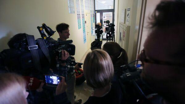 Dziennikarze przed biurem RIA Novosti Ukraina w Kijowie, gdzie SBU przeprowadza przeszukanie - Sputnik Polska