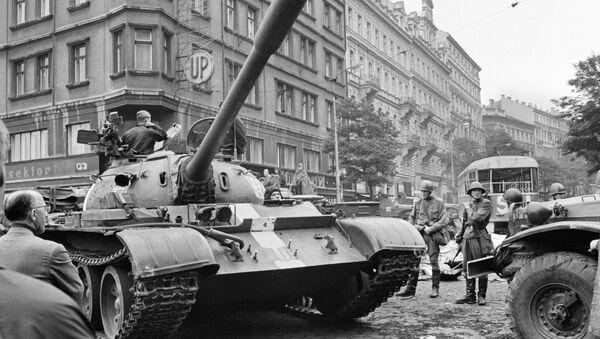 Sowieckie czołgi na ulicach Pragi, Praska Wiosna 1968 - Sputnik Polska