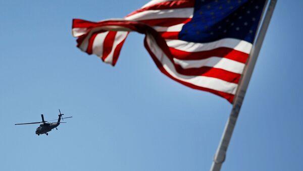 Amerykański helikopter na tle flagi USA - Sputnik Polska