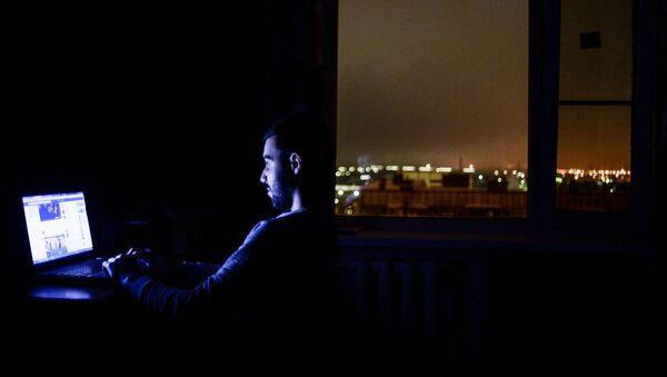 Mężczyzna w nocy przed komputerem - Sputnik Polska