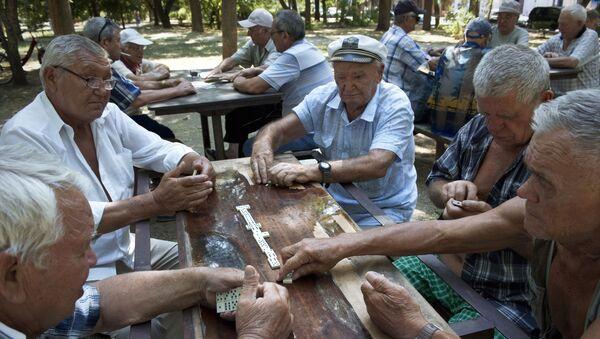 Emeryci grają wdomino w parku w Eupatorii - Sputnik Polska