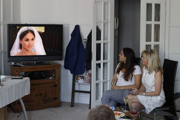 Brytyjczycy oglądają w telewizji ceremonię ślubu królewskiego - Sputnik Polska