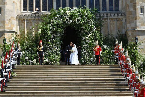 Książę Harry i Meghan Markle po ceremonii ślubnej w kaplicy Św. Jerzego na zamku królewskim w Windsorze - Sputnik Polska