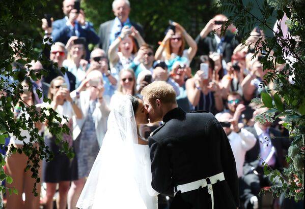 Pierwszy pocałunek księcia Harry'ego i Meghan Markle po ceremonii ślubnej - Sputnik Polska