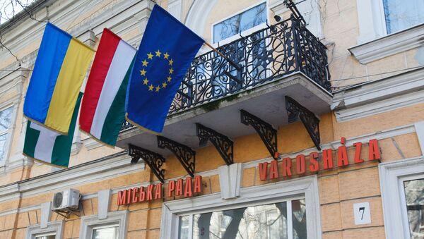 Flagi Węgier, Ukrainy i Unii Europejskiej w ukraińskim mieście Beregowo zamieszkiwanym przez zakarpackich Węgrów - Sputnik Polska