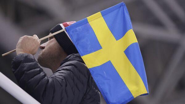 Mężczyzna z szwedzką flagą - Sputnik Polska