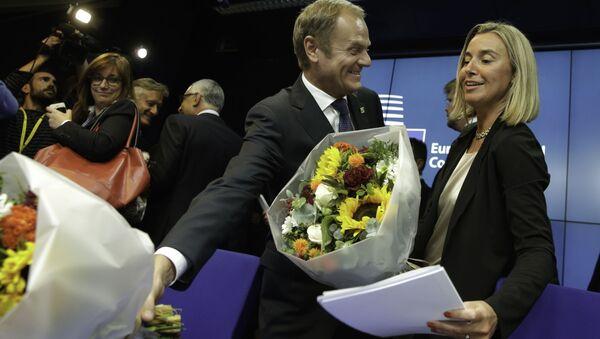Donald Tusk wręczył kwiaty Federice Mogherini, Bruksela 2014 rok - Sputnik Polska