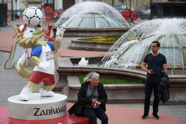 Figura Wilka Zabiwaki - maskotki piłkarskiej MŚ 2018 w piłce nożnej na Placu Maneżowym w Moskwie - Sputnik Polska