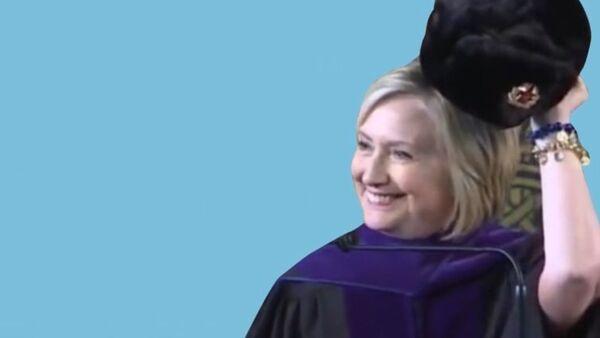 Hillary przymierzyła czapkę uszankę - Sputnik Polska