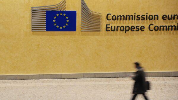 Przechodzień przy budynku Komisji Europejskiej w Brukseli - Sputnik Polska