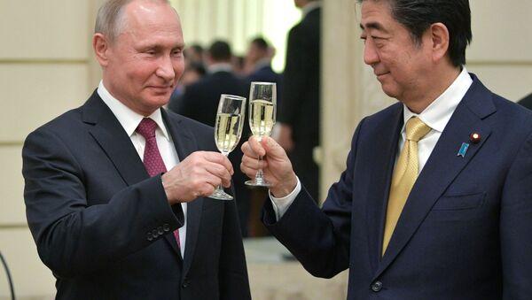 Prezydent Rosji Władimir Putin i premier Japonii Shinzo Abe - Sputnik Polska