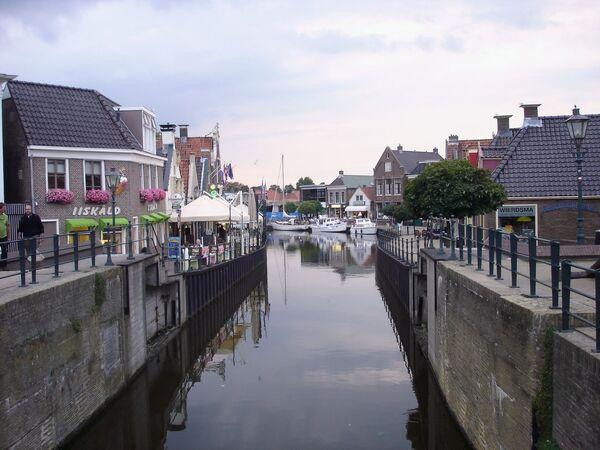 Widok na kanał i ulicę w Holandii - Sputnik Polska