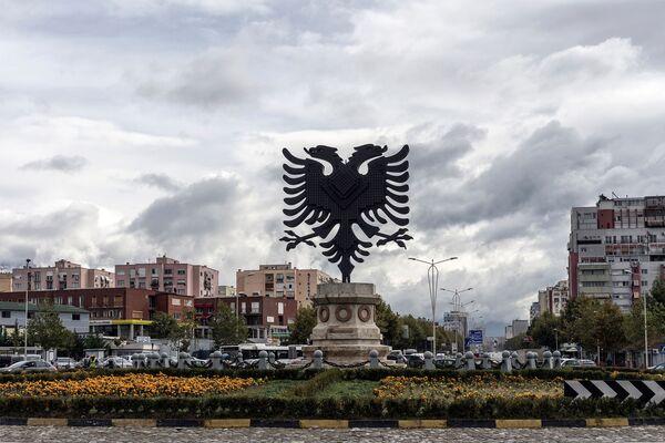 Herb Albanii na placu w Tiranie - Sputnik Polska