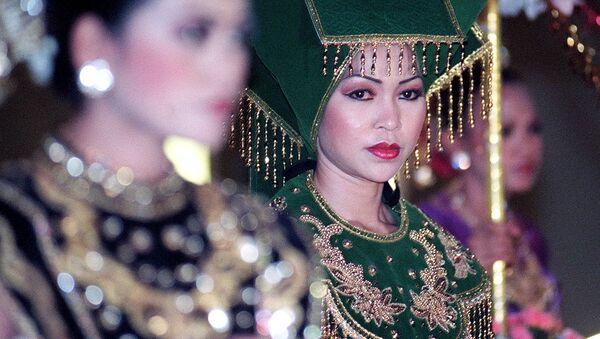 Dziewczyny w strojach ludowych narodu Minangkabau w Indonezji - Sputnik Polska